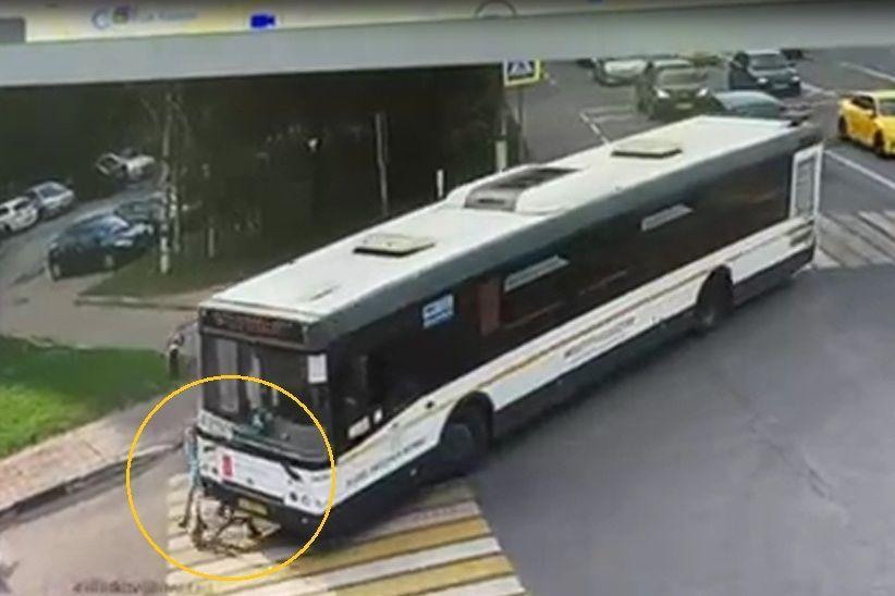 В Москве автобус насмерть переехал 10-летнюю девочку на самокате - видео