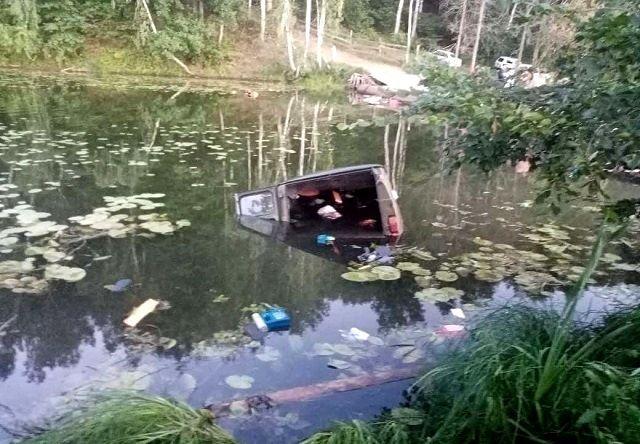 В Татарстане водитель не совладал с «буханкой» и улетел в реку, двое погибли