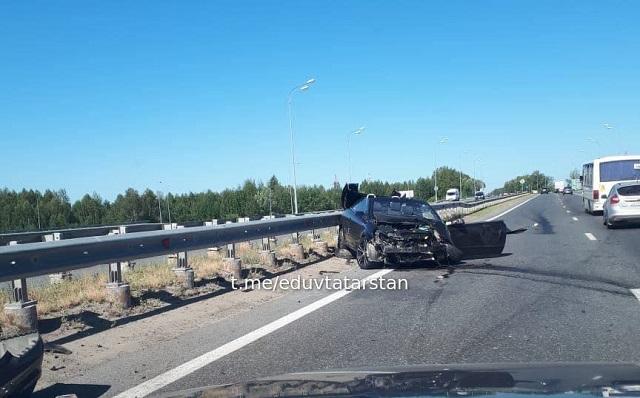 В Казани кабриолет превратился в груду металла после столкновения с трактором – видео