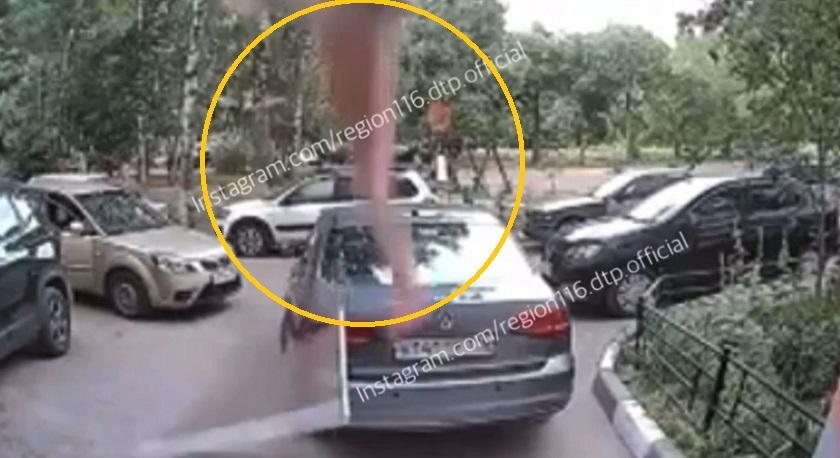 На видео попал момент падения пятилетней девочки из окна пятого этажа в Казани