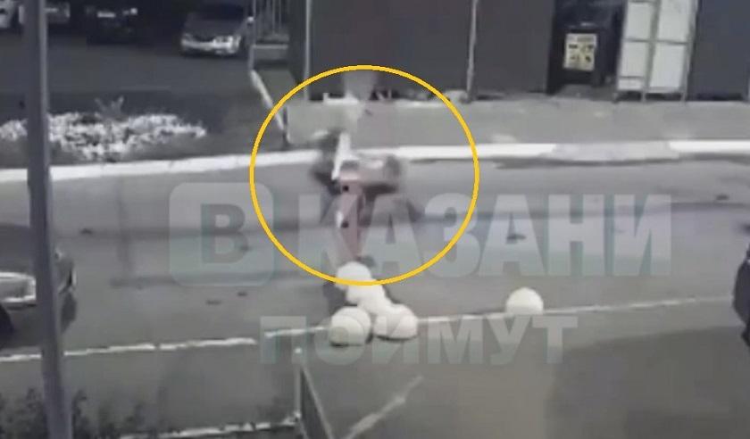 В Казани парень на электроскутере влетел в шлагбаум – видео