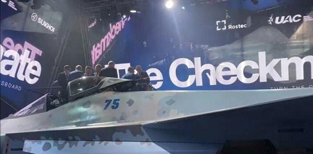 Рустам Минниханов осмотрел новейший российский истребитель на авиасалоне МАКС-2021