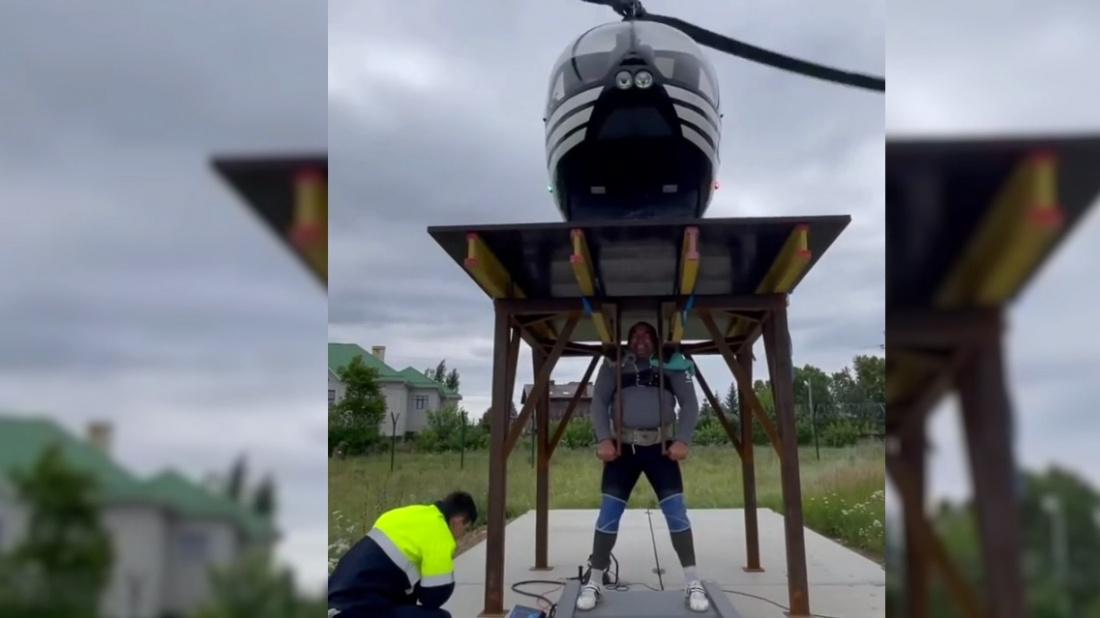Шокирующее видео: силач из Башкирии поднял платформу с работающим вертолетом