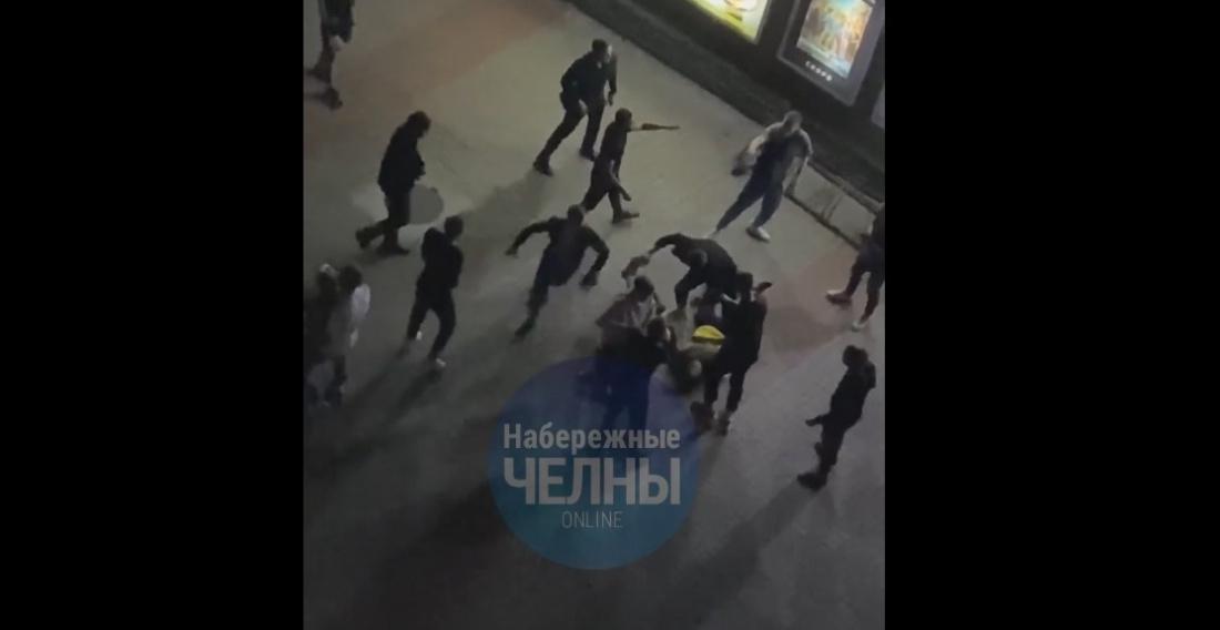 Массовое побоище у кинотеатра в Челнах попало на видео