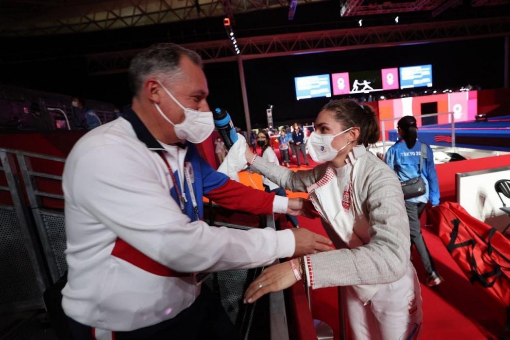 Видео: Позднякова эмоционально отпраздновала с отцом золото Олимпиады по фехтованию