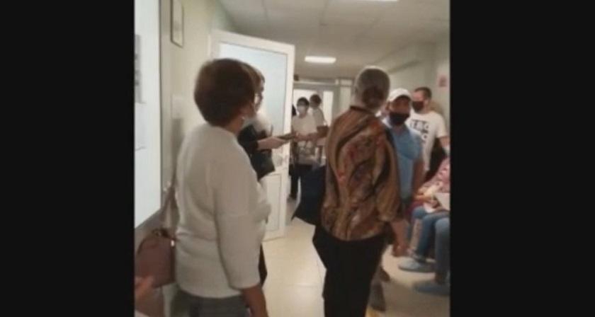 Разбушевавшаяся толпа: скандал в казанской поликлинике сняли на видео