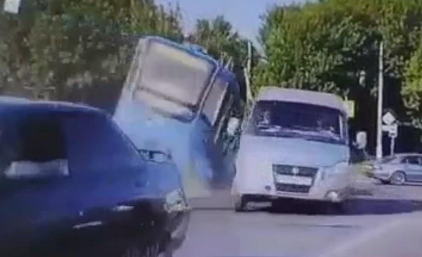 Видео: трамвай на бешеной скорости слетел с рельсов и протаранил иномарку