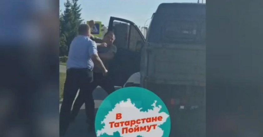 Кулачный бой: в Челнах сняли на видео драку разъяренных автомобилистов