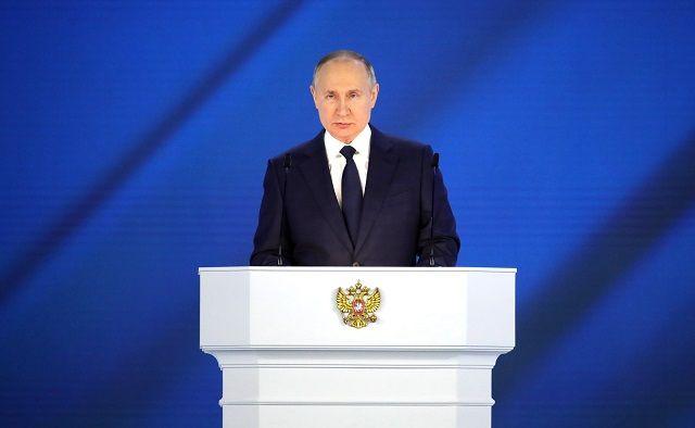 Путин мәктәп укучыларына 10 000 сум акча түләүне вакытыннан алда башларга кушты