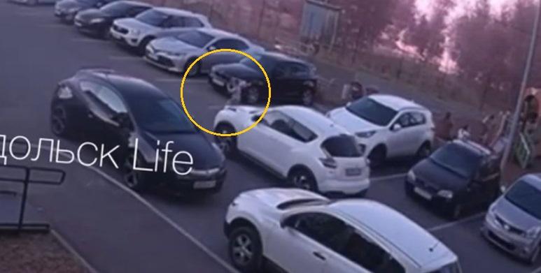 В Зеленодольске ребенок попал под колеса кроссовера – видео