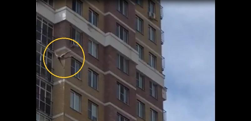 Шокирующее видео: в Казани парень выпал из окна 12-го этажа