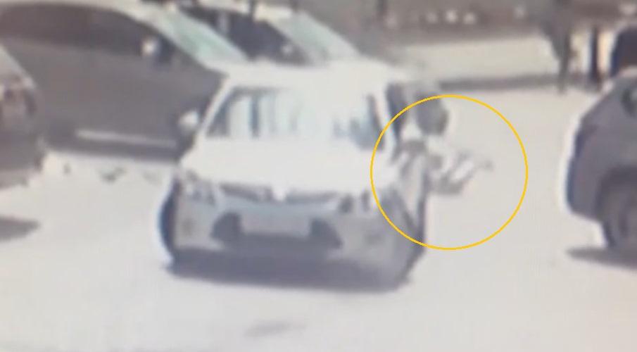 Абсурдное ДТП с участием автоледи и случайной прохожей попало на видео