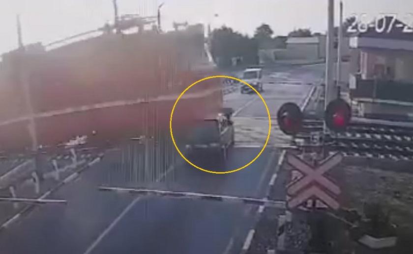 Поезд протаранил «Ладу» на железнодорожном переезде - видео