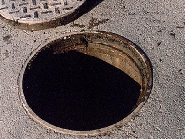 В Казани трехлетний ребенок провалился в незакрытый канализационный люк