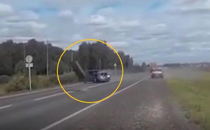 Эпичное видео: отвалившееся у лесовоза колесо влетело в капот легковушки