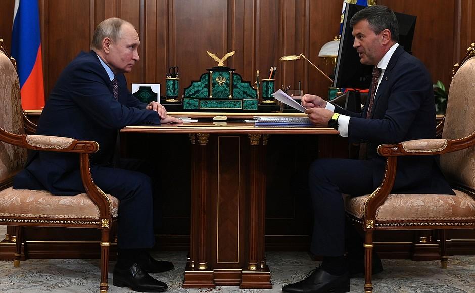 """Комиссаров подарил Путину книгу, которая поможет """"зарядиться"""" в минуты усталости"""