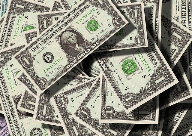 Курс доллара опустился ниже 73 рублей