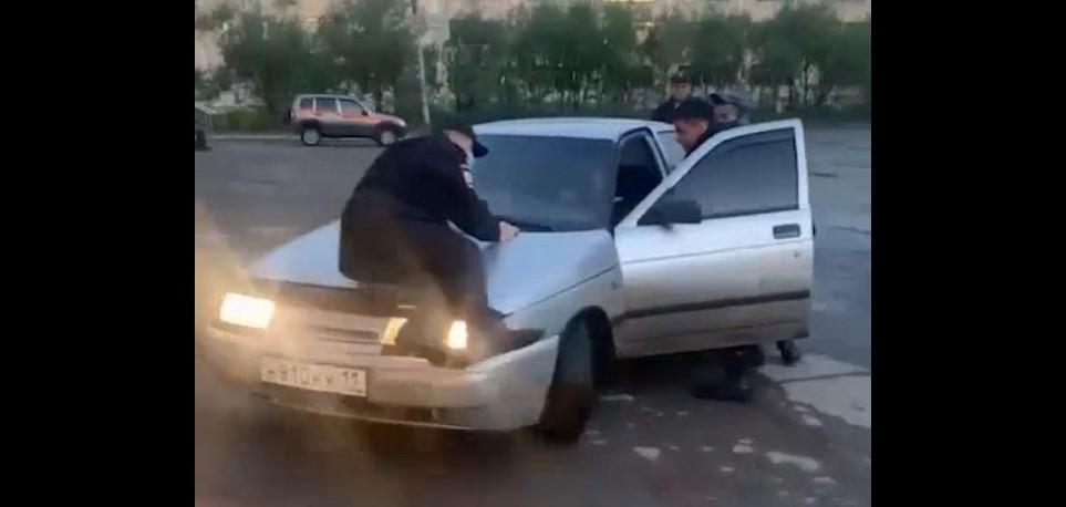 Видео: пьяный водитель «десятки» прокатил полицейского на капоте