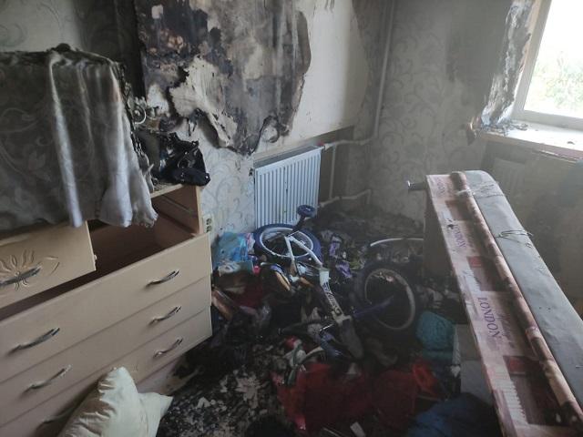 Казанские пожарные спасли из горящей квартиры оставленного без взрослых ребенка