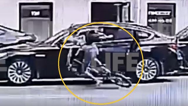 Мистическое видео: две велосипедистки врезались в машины на одном и том же месте