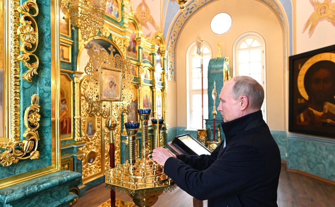 Видео: Путин посетил Коневский Рождество-Богородичный монастырь