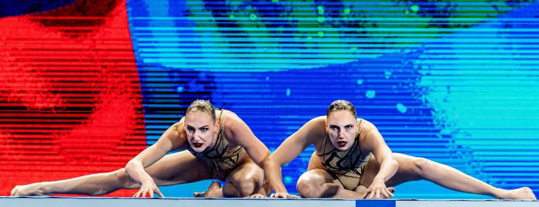 Синхронистки из России нанесли на купальники балалайки вместо запрещенного медведя