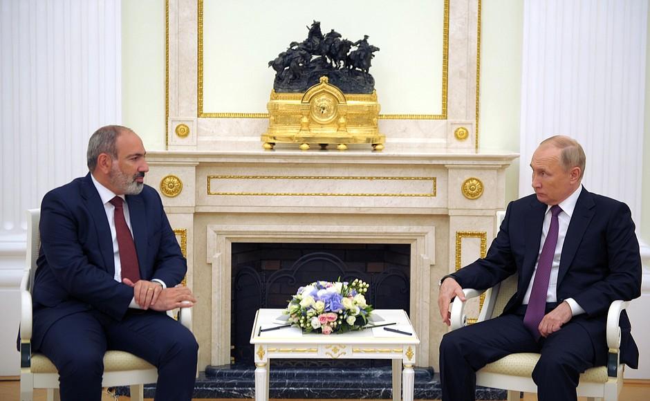 Путин поздравил Пашиняна с повторным назначением премьер-министром Армении