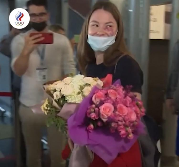 Встреча российских медалистов Олимпиады в аэропорту попала на видео
