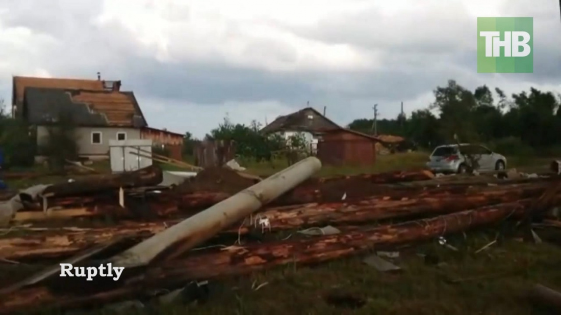 Три человека погибли из-за мощного урагана в Тверской области – видео