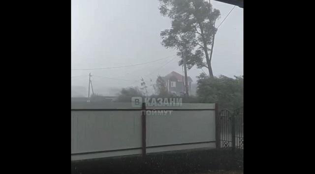 Очевидцы сняли на видео мощный ураганный ветер под Казанью