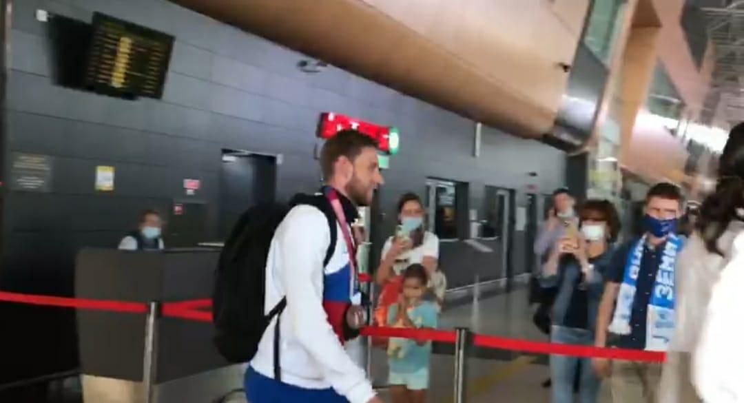 Казан аэропортында көмеш медальгә өлеш керткән спортчыны каршы алдылар
