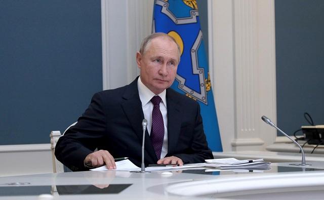Путин пенсионерларга 10 000 сум акча түләү турындагы указга кул куйды