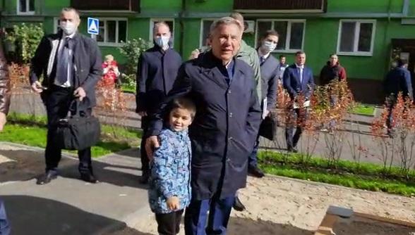 Рөстәм Миңнеханов Казандагы төзекләндерелгән ишек аллары белән танышты