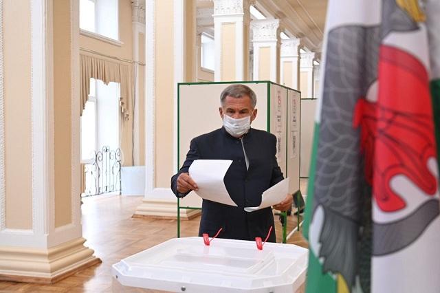 Рустам Минниханов проголосовал на выборах депутатов Госдумы
