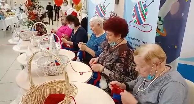 Казанда пенсионерлар арасында Россия триколорын бәйләү буенча чемпионат узды