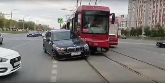 Столкновение BMW и трамвая в Казани попало на видео