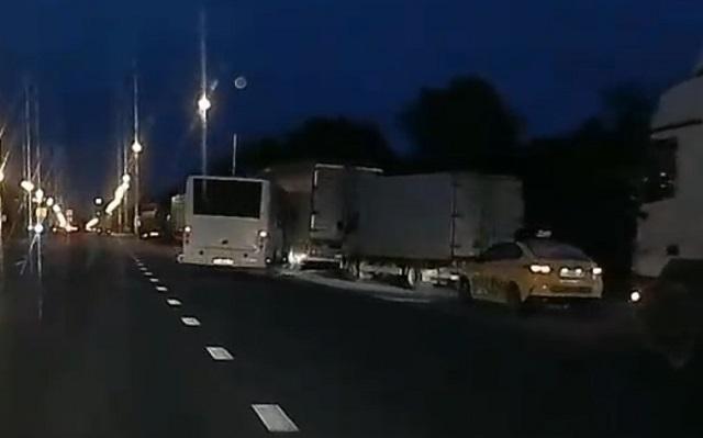 Приступ эпилепсии у водителя автобуса спровоцировал жесткую аварию — видео