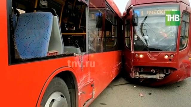 Прокуратура начала проверку после столкновения автобуса и трамвая в Казани