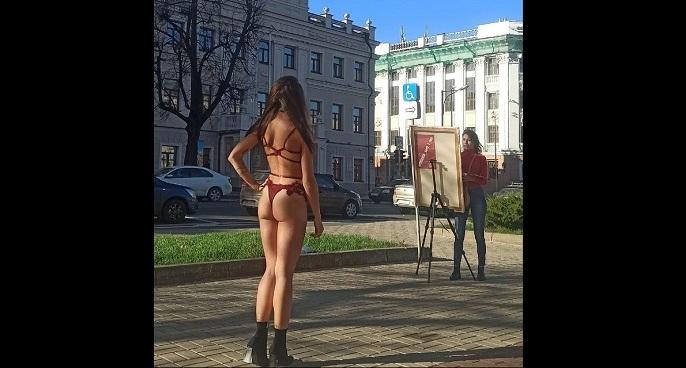 Жителей Казани возмутила обнаженная натурщица в центре города — фото